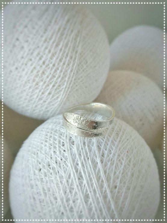 Anillo de plata adaptable con textura.