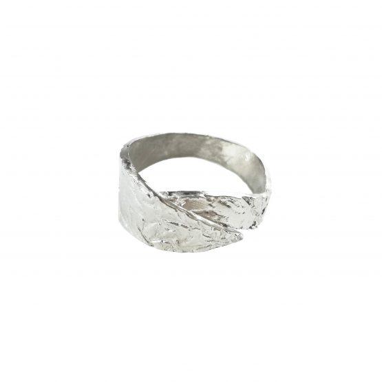 Anillo de plata con ondulaciones y