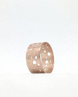 Anillo de cobre con diseño geométrico.