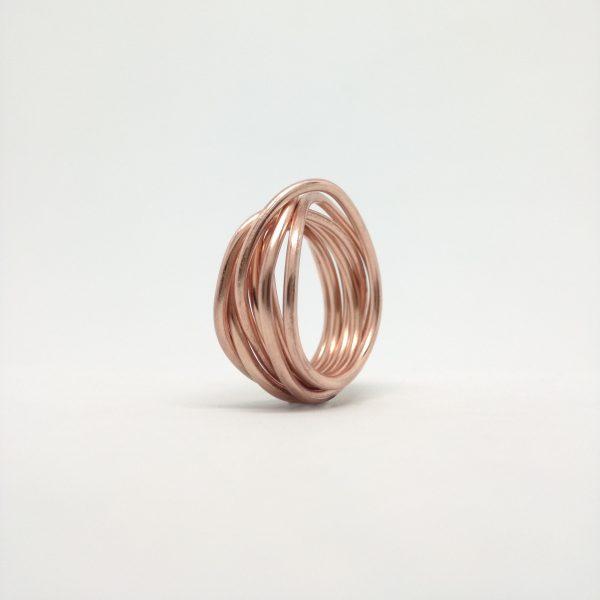 Anillo elaborado en hilo de cobre
