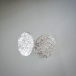 Pendientes de plata botón con textura orgánica