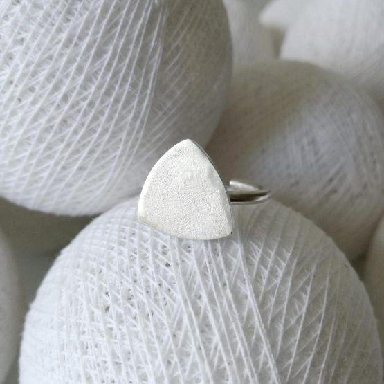 Anillo de plata triangular