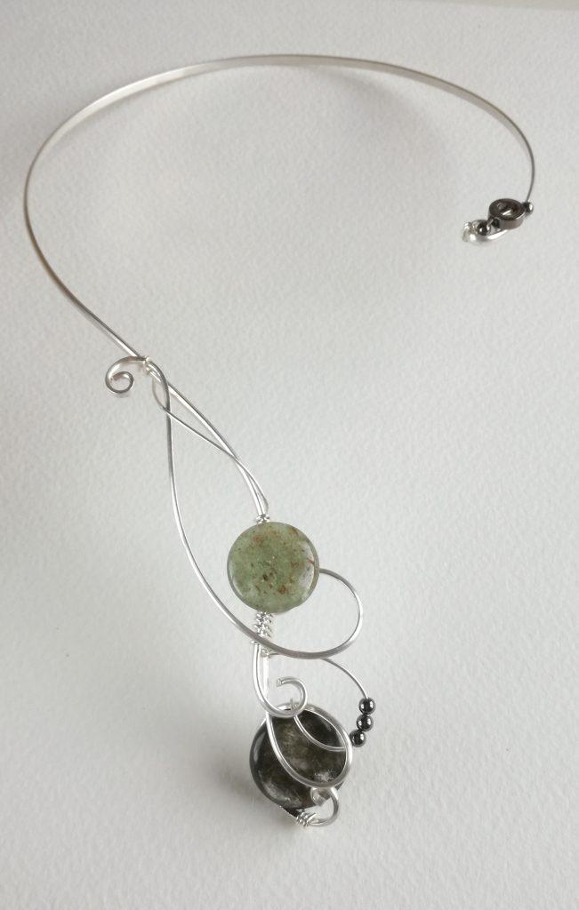 Gargantilla de plata y piedras semipreciosas.